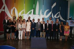 """El consejero de Turismo y Comercio, Rafael Rodríguez acompañado de representantes del sector público y privado que apoyaron la presentación de la iniciativa """"Tu historia""""."""