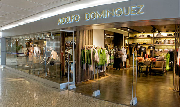 Adolfo Domínguez Franquicias. ha abierto su tienda online en más de 20 países y se ha redimensionado y expandido con tiendas tradicionales en diversos países y operando en muchos casos a través de franquicia.