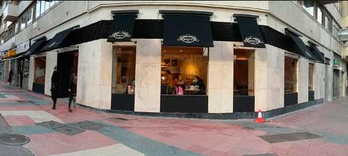 Bertiz Franquicias. La enseña abrió su primer local en Bilbao en 2012 y, con los años, ha conseguido crecer significativamente gracias a un brillante modelo de negocio basado en la fabricación propia de los productos de panadería, bollería y pastelería; la inversión en I+D; los emplazamientos cuidadosamente elegidos y el control del proceso productivo.