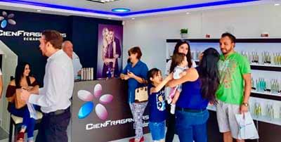 CIEN FRAGANCIAS Franquicias. Eleva su apuesta por el continente americano. La firma inauguró ayer una nueva tienda en Quito, aumentando a más de 220 tiendas
