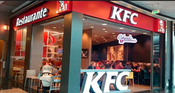 KFC Franquicias. Nuestro producto se empana en el momento, a lo largo de todo el día. Del empanado y cocinado del producto se encargan nuestros cocineros, los cuales están certificados como auténticos expertos KFC.