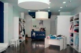La Jaca de Doñana S.L. es una empresa dedicada por entero al mundo de la moda, donde se cuida hasta el más mínimo detalle, desde el diseño hasta la venta del artículo,
