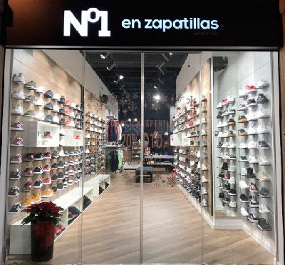 Nº1 en zapatillas by Foot on Mars Franquicias.  es el nuevo modelo de Twinner Iberia para sneakers y calzado sportwear que también incluye otro lineal más deportivo de look casual, además de textil y complementos. En líneas generales, podemos decir que este concepto de tienda ofrece, aproximadamente, un 80% de calzado, un 15% de textil y un 5% de complementos.