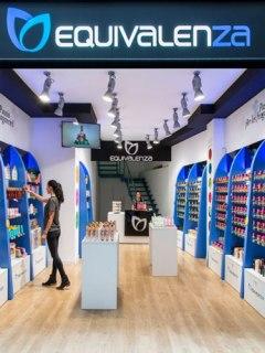 Equivalenza. Desarrolla y distribuye sus productos a través de una red de 821 tiendas ubicadas en 34 países.